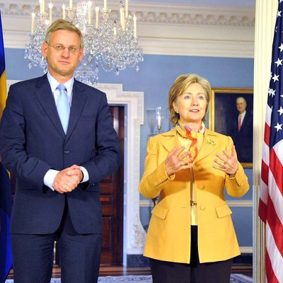 Main carl bildt and hillary clinton